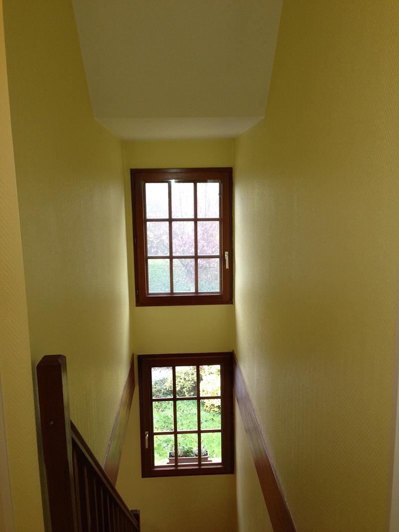 tapisserie cage escalier rafra chissement boiseries et murs hauteur 4m50 lv d co